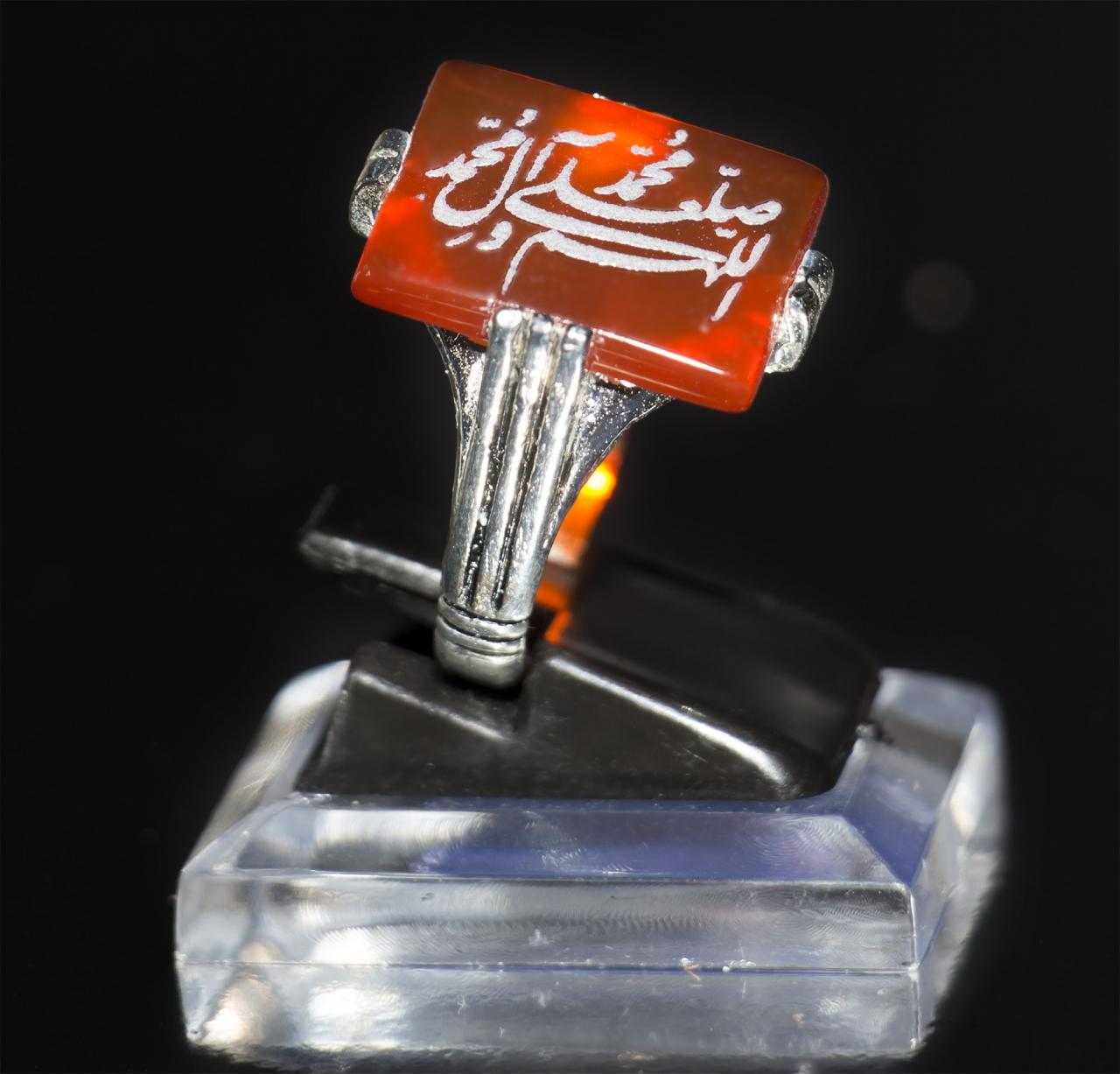 Roter eckiger Aqiq beschriftet mit Salawat - Friedensgruß auf dem Propheten und seiner Familie