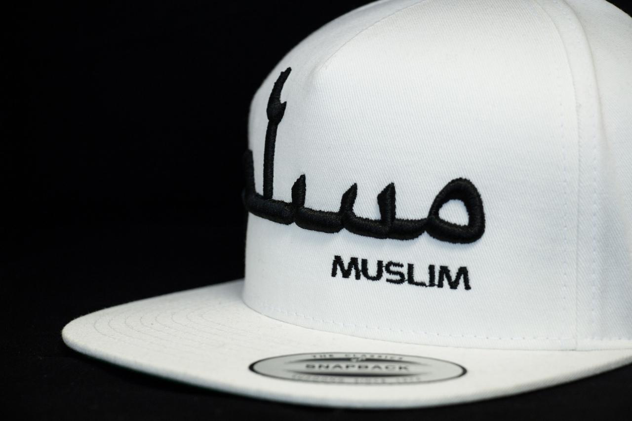 MUSLIM Snapback Weiß mit 3D Schrift in Schwarz