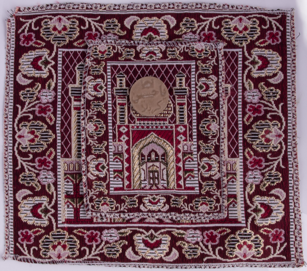 Zweiteiliges Gebetsuntersteller inkl. Gebetsstein aus Mashhad (Imam Ridha a.s.) in Dunkelrot