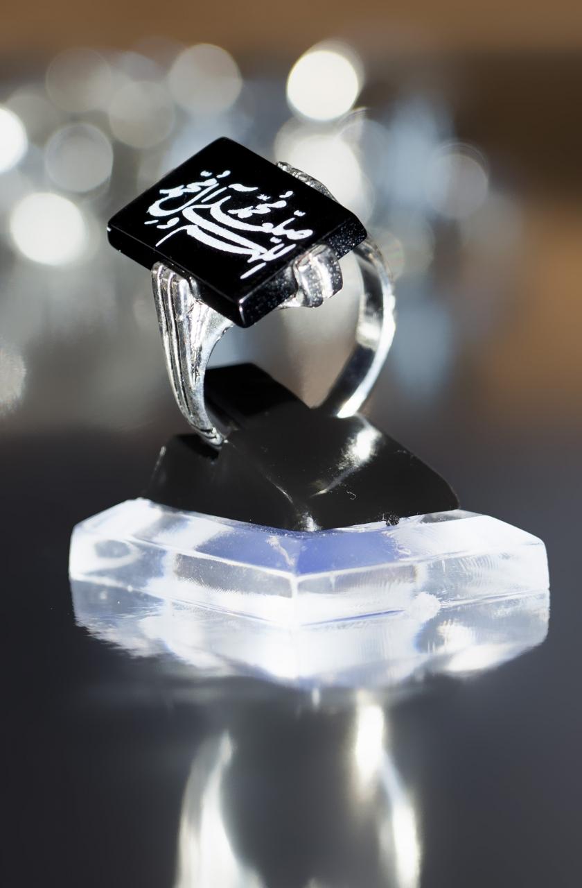 Schwarzer eckiger Aqiq beschriftet mit Salawat - Friedensgruß auf dem Propheten und seiner Familie